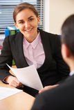 Femme d'affaires féminine Interviewing Male Job Candidate images stock