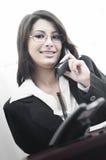 Femme d'affaires faisant des affaires au téléphone Image libre de droits