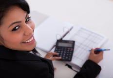Femme d'affaires faisant des calculs Photographie stock