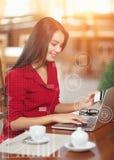 Femme d'affaires faisant des emplettes en ligne Photographie stock