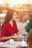 Femme d'affaires faisant des emplettes en ligne Image stock