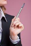 Femme d'affaires faisant des gestes avec le crayon lecteur Photographie stock