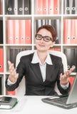 Femme d'affaires faisant des gestes l'accueil Photographie stock libre de droits