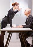 Femme d'affaires faisant face violemment à un homme d'affaires Photo stock