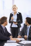 Femme d'affaires faisant la présentation Images stock