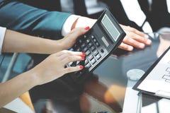 Femme d'affaires faisant le compte utilisant la calculatrice images libres de droits