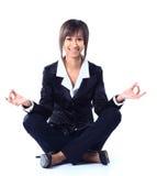 Femme d'affaires faisant le yoga. Photographie stock