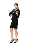 Femme d'affaires faisante des gestes BIEN avec le dossier Image stock
