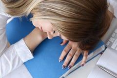 Femme d'affaires fatiguée à l'espace de travail dans le bureau Photos stock