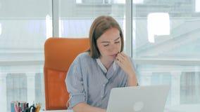 Femme d'affaires fatiguée ayant le mal de tête dans le bureau clips vidéos
