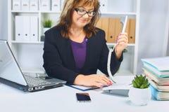 Femme d'affaires fatiguée du travail dans le bureau Photographie stock libre de droits