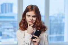 Femme d'affaires, femme avec le téléphone, femme d'affaires au bureau Image stock