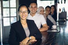 Femme d'affaires fière se tenant devant son équipe Photographie stock libre de droits