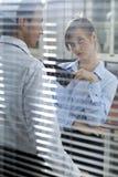 Femme d'affaires flirtant avec son collègue dans le bureau Image libre de droits