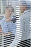 Femme d'affaires flirtant avec son collègue dans le bureau Photo libre de droits