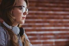 Femme d'affaires focalisée de hippie avec l'écouteur photos stock