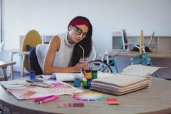 Femme d'affaires focalisée travaillant dans le bureau créatif photographie stock libre de droits