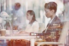 Femme d'affaires focalisée travaillant sur l'ordinateur portable images libres de droits