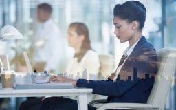 Femme d'affaires focalisée travaillant sur l'ordinateur portable photographie stock