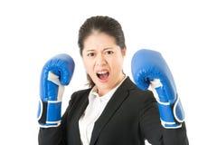 Femme d'affaires folle feignant pour combattre Photo stock