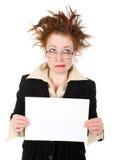 Femme d'affaires folle retenant un whiteboard Photographie stock libre de droits