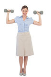 Femme d'affaires forte posant avec des haltères Images stock