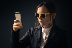 Femme d'affaires fraîche faisant le portrait de photo de selfie avec le smartphone image libre de droits