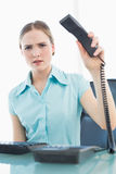 Femme d'affaires furieuse chique accrochant vers le haut du téléphone photo stock