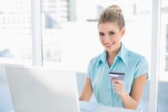 Femme d'affaires futée heureuse faisant des emplettes en ligne Photographie stock libre de droits