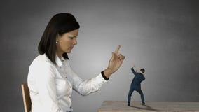 Femme d'affaires géante essayant à l'homme d'affaires effrayé de cri banque de vidéos