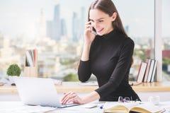 Femme d'affaires gaie travaillant dans le bureau Images stock