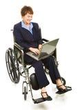 Femme d'affaires handicapée heureuse avec l'ordinateur portatif Images libres de droits