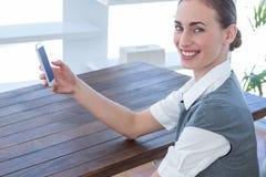 Femme d'affaires heureuse à l'aide de son smartphone Photo libre de droits