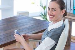 Femme d'affaires heureuse à l'aide de son smartphone Images libres de droits