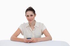 Femme d'affaires heureuse écrivant un message textuel Image stock
