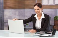 Femme d'affaires heureuse arrêtant l'ordinateur portable photo stock