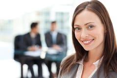 Femme d'affaires heureuse au cours d'un contact photos libres de droits