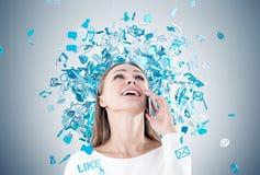 Femme d'affaires heureuse au téléphone, icônes sociales de media photo libre de droits