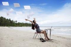Femme d'affaires heureuse avec des feuilles de travail Images stock