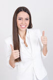 Femme d'affaires heureuse dans le blanc montrant des pouces  Photographie stock libre de droits