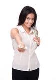 Femme d'affaires heureuse donnant l'argent sur l'appareil-photo Photo libre de droits