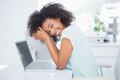 Femme d'affaires heureuse faisant une pause au bureau photographie stock