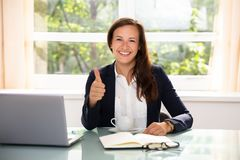 Femme d'affaires heureuse Gesturing Thumbs Up images stock