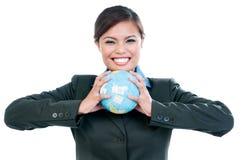 Femme d'affaires heureuse Holding Earth Globe image libre de droits