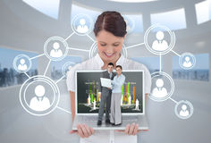 Femme d'affaires heureuse montrant l'ordinateur portable avec des gens d'affaires là-dessus photos libres de droits