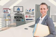 Femme d'affaires heureuse par les icônes sociales de media dans le bureau Photos stock
