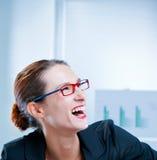 Femme d'affaires heureuse riant avec la bouche ouverte Photos stock