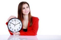 Femme d'affaires heureuse se dirigeant sur une horloge Photos libres de droits