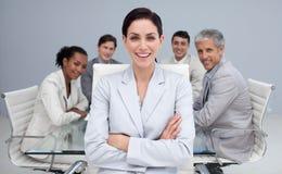 Femme d'affaires heureuse souriant lors d'un contact images stock