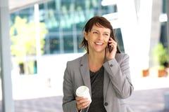 Femme d'affaires heureuse sur l'aller Image stock